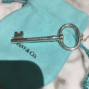 TIFFANY & CO. LARGE OVAL KEY PENDANT NECKLACE